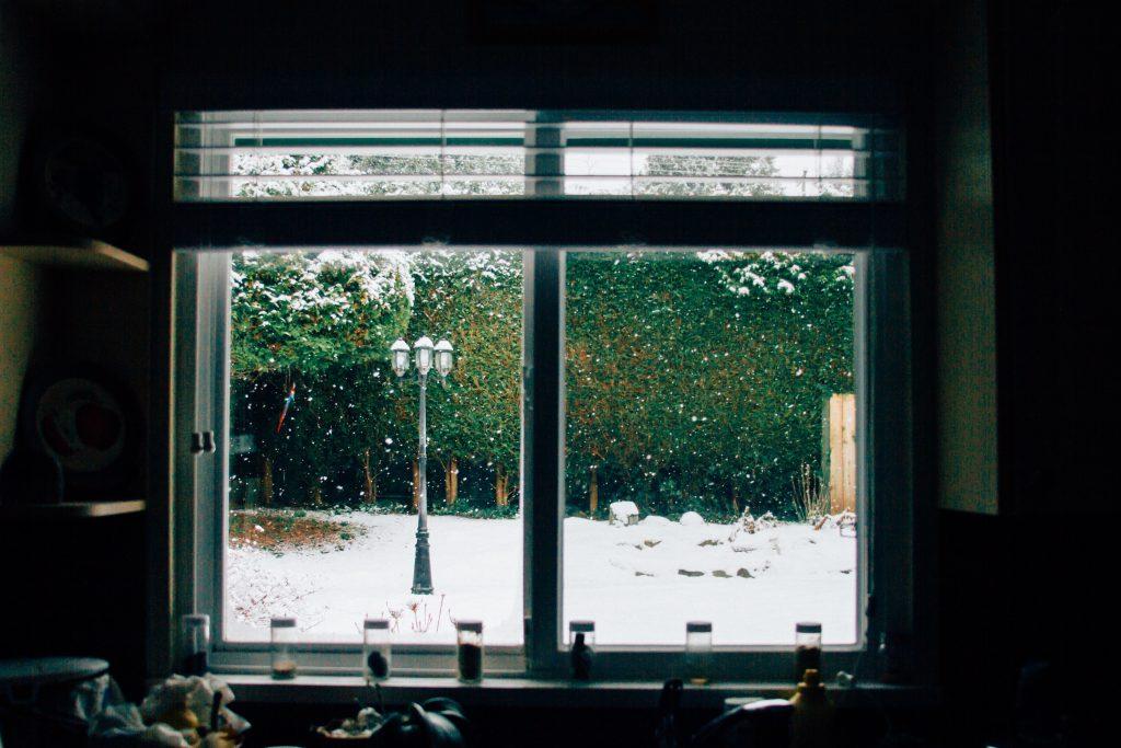 窓の隙間風を防いで暖かい部屋を作る方法