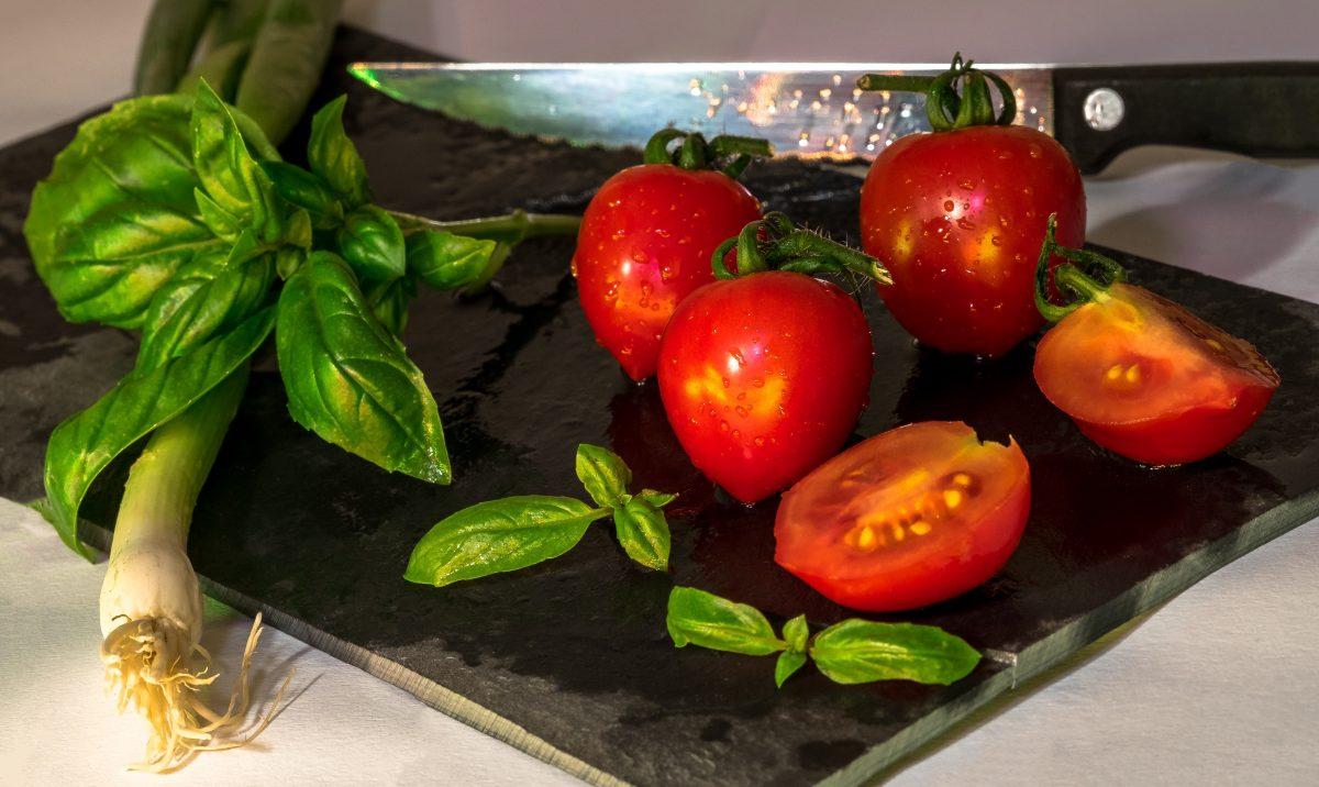 野菜を包丁で切る